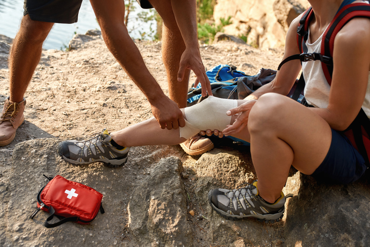 Man bandages woman's injury